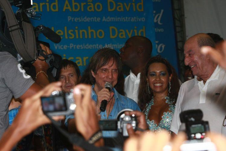 O cantor Roberto Carlos, homenageado da escola de samba Beija-Flor de Nilópolis no Carnaval 2011, visita pela primeira vez a quadra da escola, no Rio de Janeiro (4/2/2011)