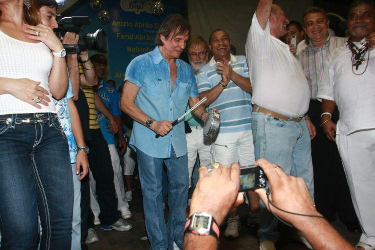 O cantor Roberto Carlos, homenageado da escola de samba Beija-Flor de Nilópolis no Carnaval 2011, visita pela primeira vez a quadra da escola, no Rio de Janeiro (4/2/2011). Na foto, Roberto ensaia algumas batidas no tamborim