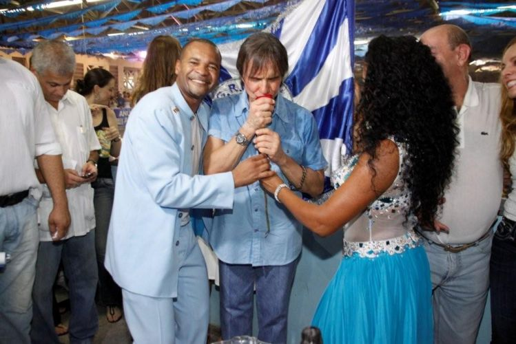 O cantor Roberto Carlos, homenageado da escola de samba Beija-Flor de Nilópolis no Carnaval 2011, visita pela primeira vez a quadra da escola, no Rio de Janeiro (4/2/2011). Na foto, Roberto está acompanhado pelo casal de mestre-sala e porta-bandeira da escola, Claudinho e Selmynha Sorriso