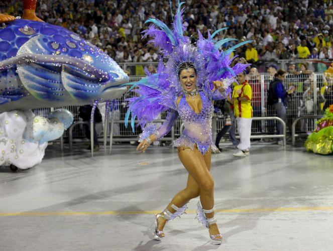 Destaque da escola, a apresentadora Tânia Oliveira desfila no Anhembi (04/03/2011)