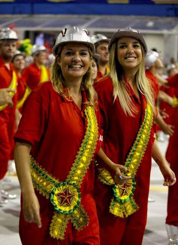 Integrantes de ala da Tom Maior desfilam no Anhembi enredo em homenagem a São Bernardo do Campo e ao ex-presidente Lula (04/03/2011)