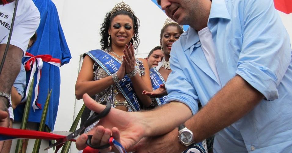 Prefeito Eduardo Paes corta a fita inaugural da nova quadra da escola de samba União da Ilha do Governador neste domingo (18/12/11)