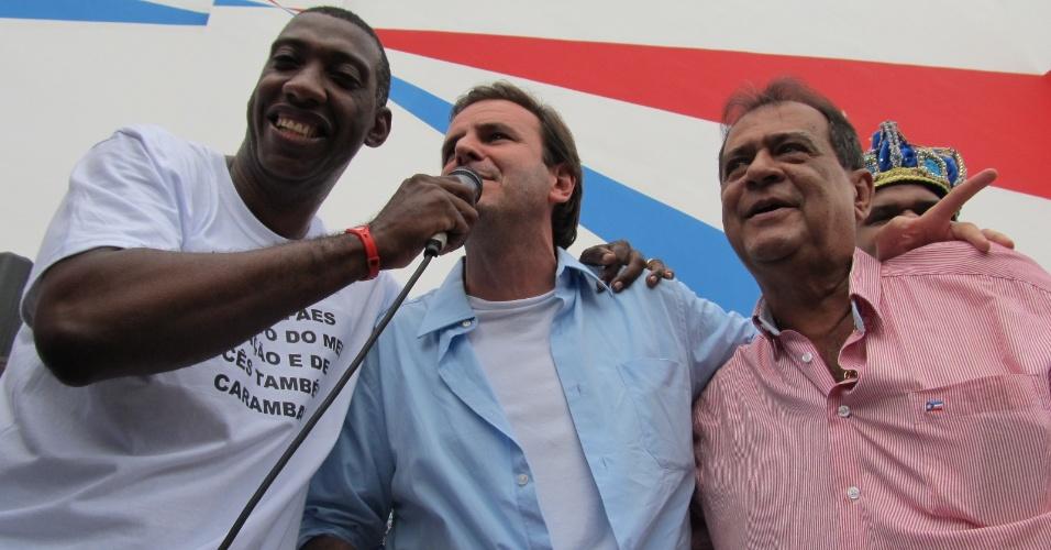 O prefeito Eduardo Paes, entre o puxador de samba Ito Melodia e o presidente da União da Ilha, Ney Filardi, na reinauguração da quadra da escola de samba União da Ilha do Governador neste domingo (18/12/11)