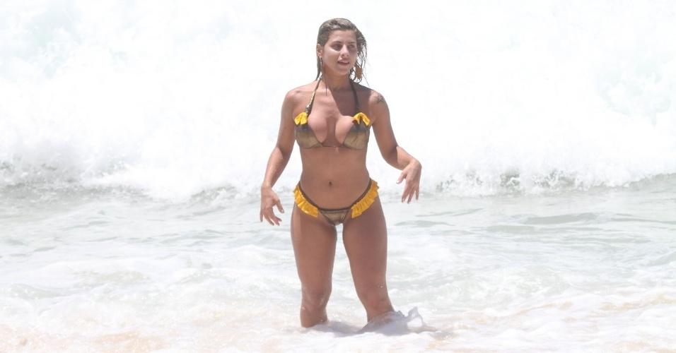 Ana Paula Minerato exibe o corpão em praia do Rio de Janeiro (03/01/12)