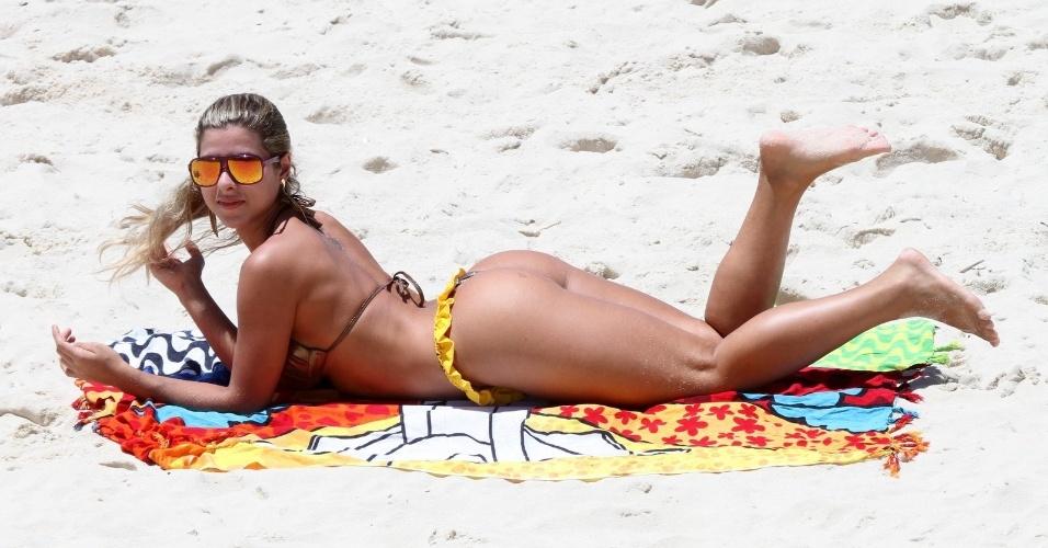Ana Paula Minerato se bronzeia em praia do Rio de Janeiro (02/01/12)