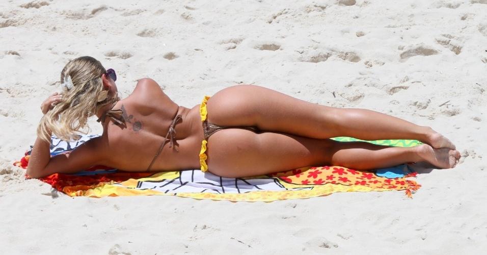 Ana Paula Minerato se bronzeia em praia do Rio de Janeiro (03/01/12)