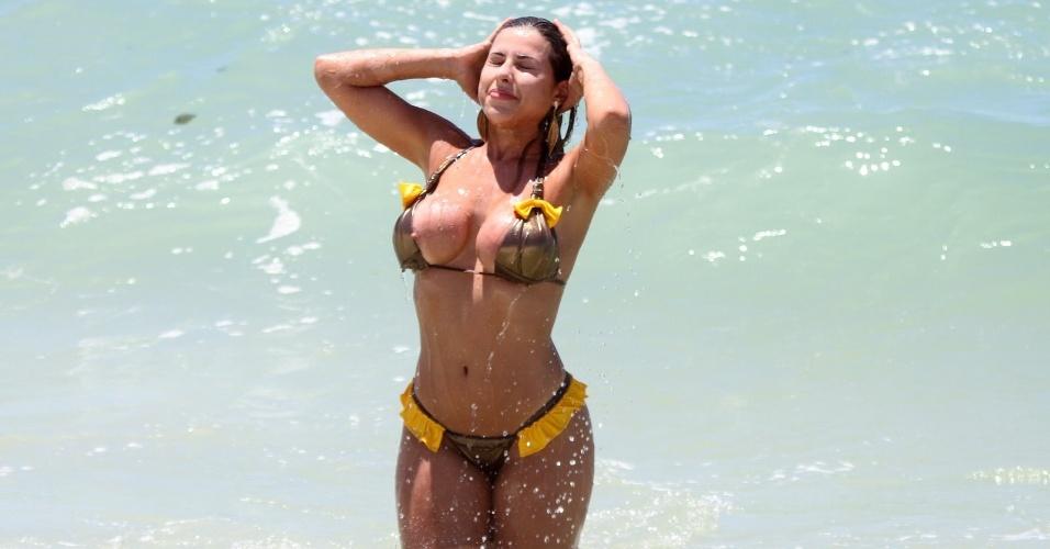 Ao sair do mar, Ana Paula Minerato acaba deixando os seios à mostra em praia do Rio de Janeiro (03/01/12)