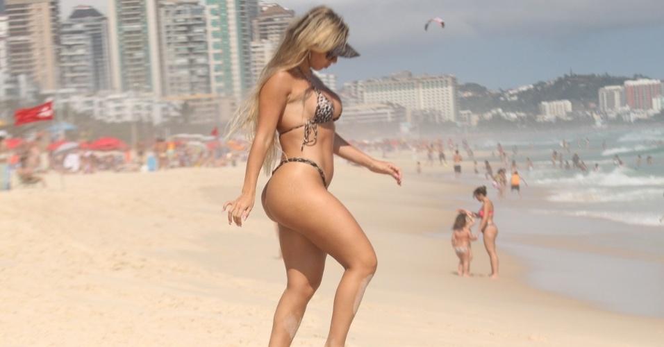 Andrea de Andrade, rainha da bateria da Império da Casa Verde, exibe a boa forma em praia do Rio de Janeiro (05/01/12)