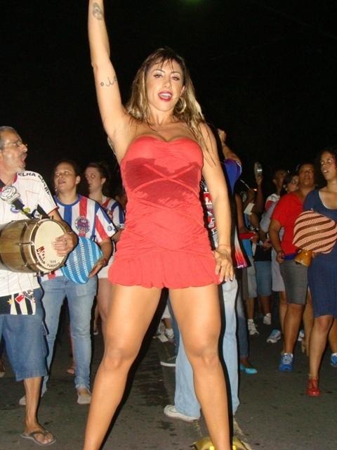 A Panicat Jaque Khury participou do primeiro ensaio de 2012 da Escola de Samba Pérola Negra, realizado na quinta-feira (5)
