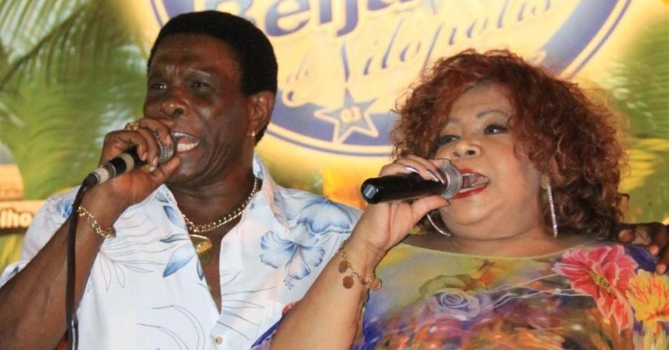Alcione canta ao lado de Neguinho da Beija-Flor no ensaio da escola de samba