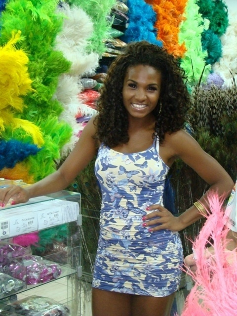 Valeska Reis, rainha da bateria da Império de Casa Verde, visitou a loja 4 Estações, na Rua 25 de Março, em São Paulo, para ajustar detalhes de sua fantasia