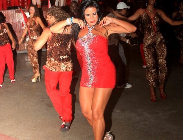A modelo Solange Gomes mostra samba no pé como rainha da bateria da escola Porto da Pedra, do Rio de Janeiro