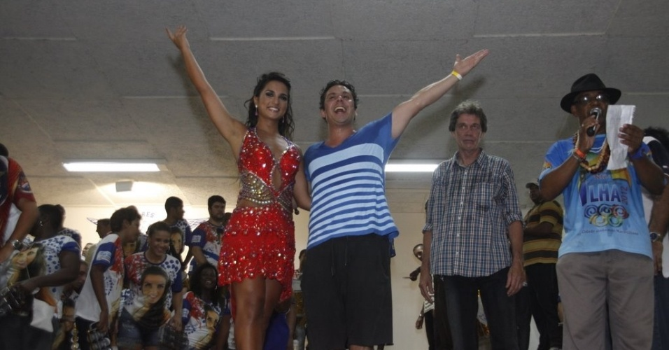 Alexandre Neto e Bruna Bruno na coroação da rainha de bateria da Ilha do Governador
