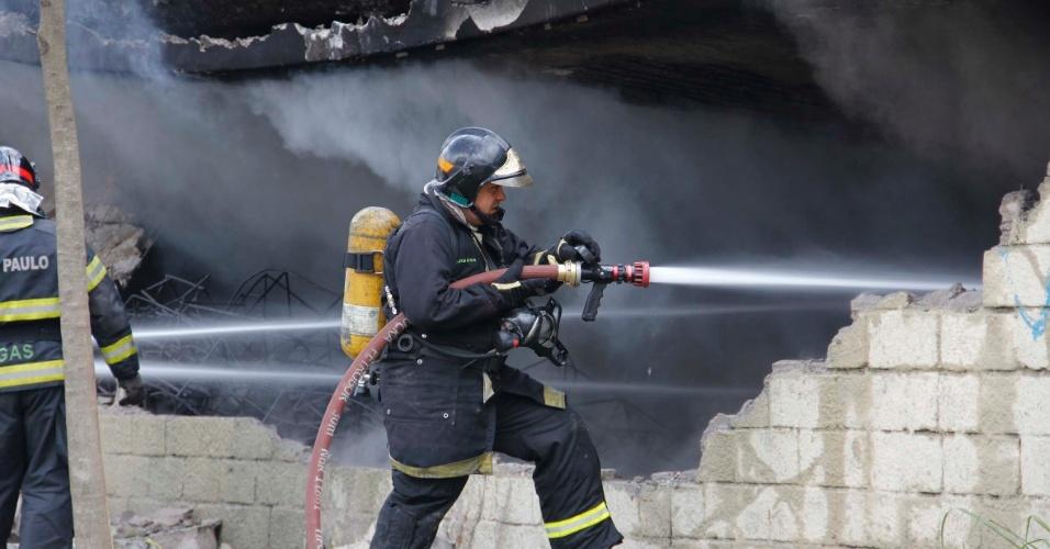 Bombeiro tenta combater fogo em balcão da Mocidade Alegre nesta segunda-feira (9)