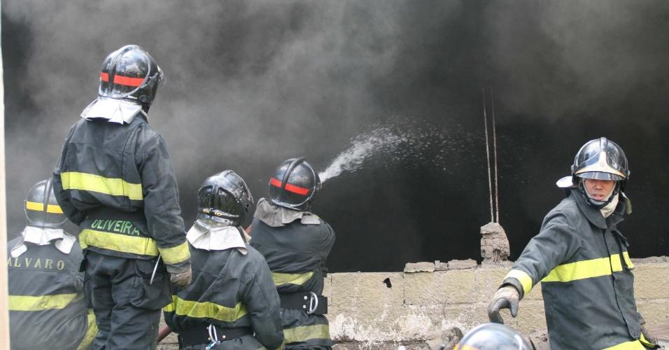 Bombeiros tentam controlar focos de incêndio no barracão da Mocidade Alegre nesta segunda-feira (9)