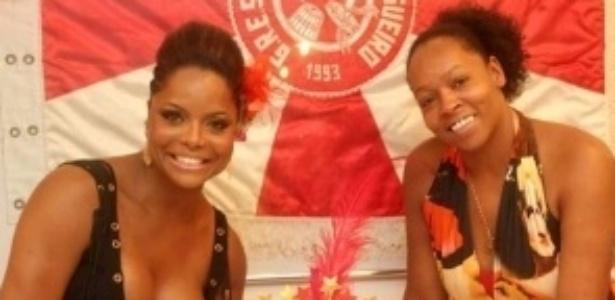 Com selinho na irmã gêmea, Bombom comemora aniversário na quadra do Salgueiro