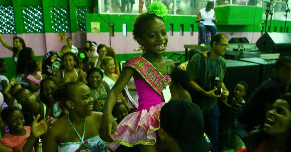 Darla Cristina Paulino, de apenas 6 anos, foi coroada a rainha de bateria da agremiação mirim Mangueira do Amanhã (9/1/12)