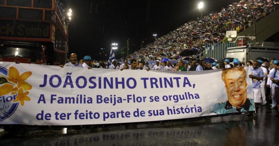 Durante ensaio técnico neste domingo (8), a Beija-Flor exibiu faixa de homenagem ao carnavalesco Joãosinho Trinta