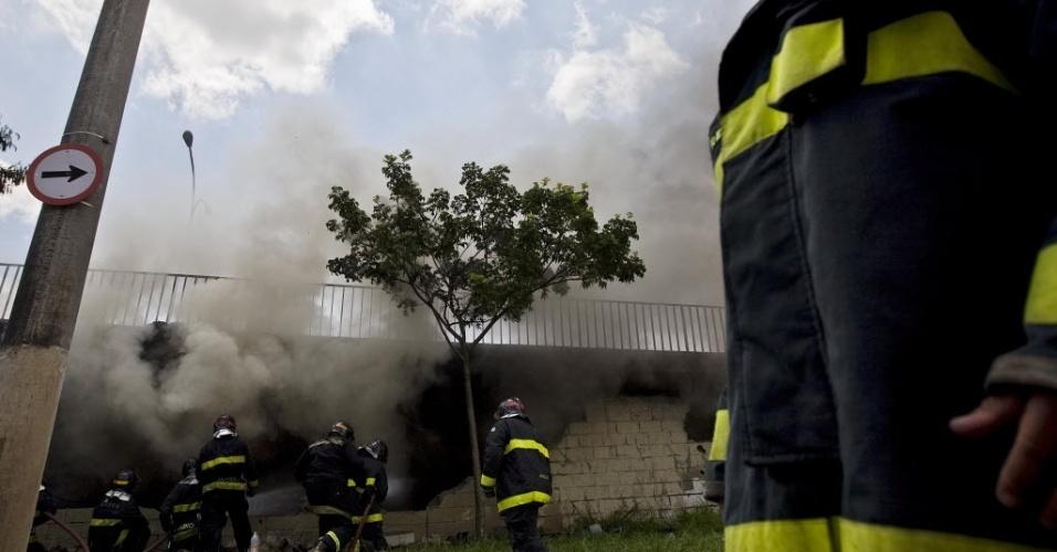 Incêndio destroi galpão onde ficavam alegorias da escola de samba Mocidade Alegre, sob o viaduto Pompeia.