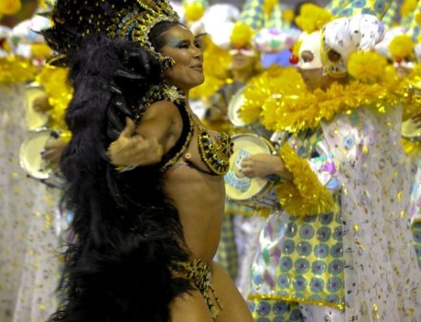 A dançarina Scheila Carvalho cumprimenta o público do sambódromo paulistano (05/03/2011)
