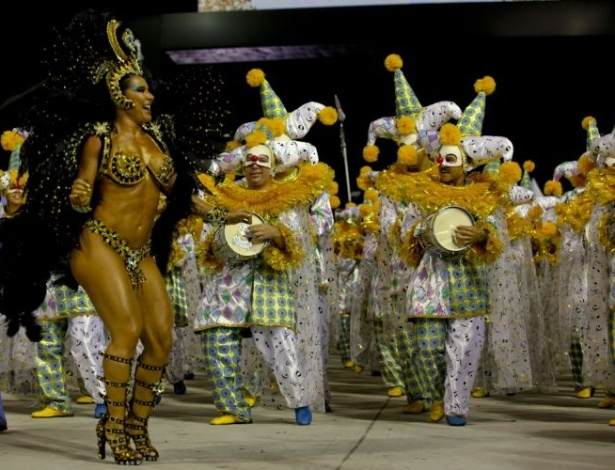 A dançarina Scheila Carvalho desfila com a Unidos de Vila Maria (05/03/2011)