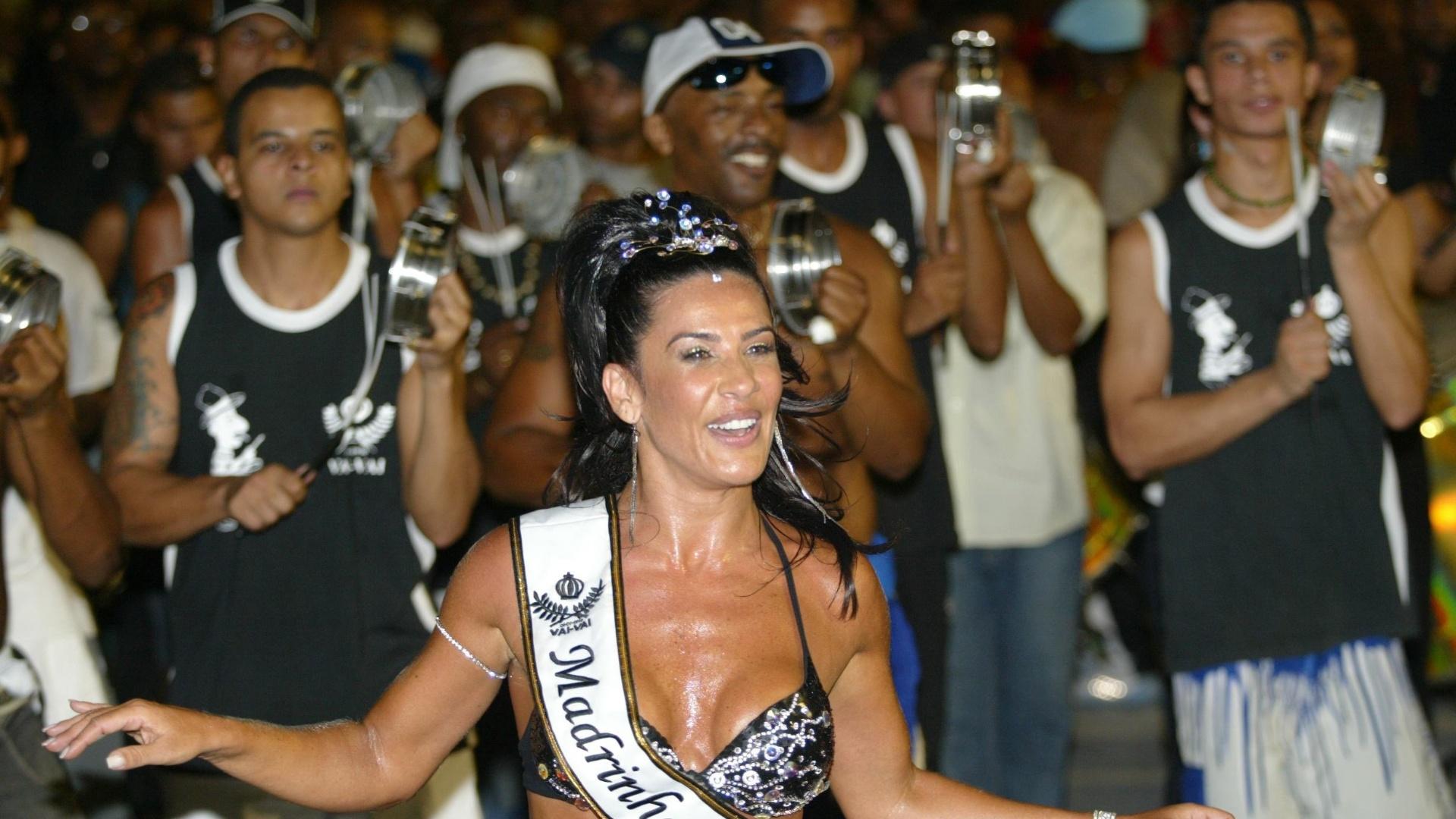 Como madrinha da bateria da escola de samba Vai Vai, Scheila Carvalho ensaia na escola no Sambódromo de SP (2007)