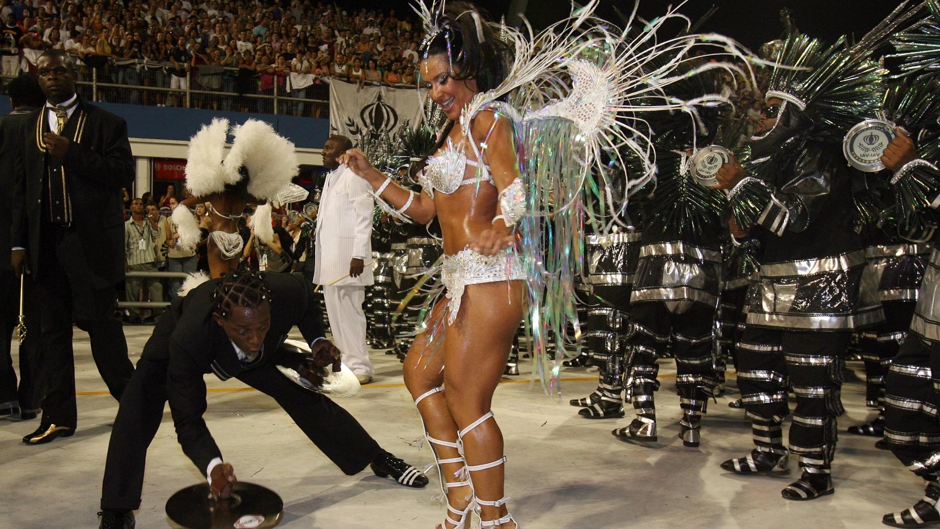 Em 2007, Scheila Carvalho desfilou de branco à frente da bateria da escola de samba Vai Vai, no Grupo Especial de São Paulo (16/2/07 )