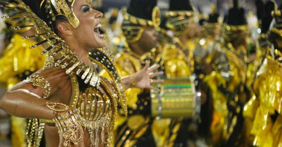 Emocionada, Scheila Carvalho volta à avenida, um ano após ficar afastada, para cuidar do filho recém-nascido (20/2/09)