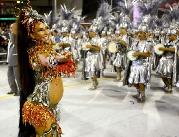Grávida de cinco meses, Scheila Carvalho sambou na avenida como madrinha da bateria da Vila Maria (12/2/10)