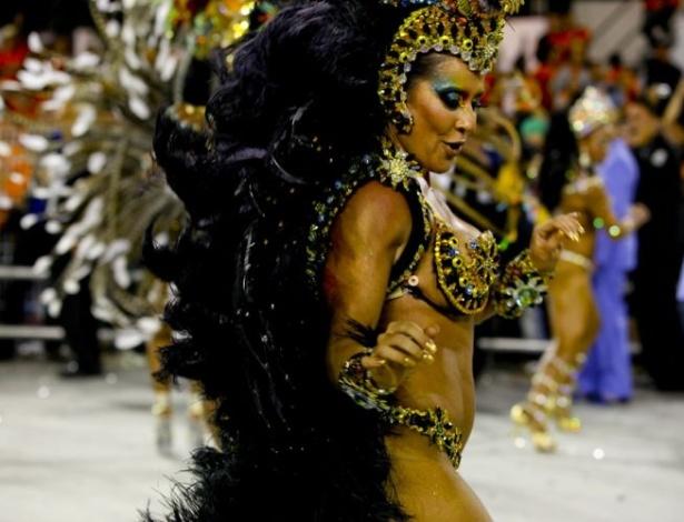 Madrinha de bateria da escola, a dançarina Scheila Carvalho desfila no Anhembi (05/03/2011).