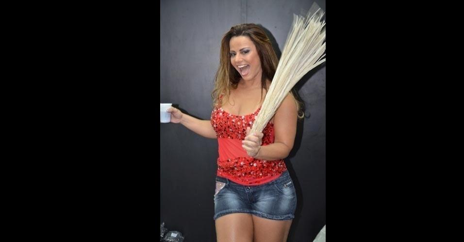 Viviane Araújo realizou fotos para o catálogo de fantasias de carnaval da loja Quatro Estações, em São Paulo. A bela é rainha de bateria da Mancha Verde em São Paulo e do Salgueiro no Rio de Janeiro.