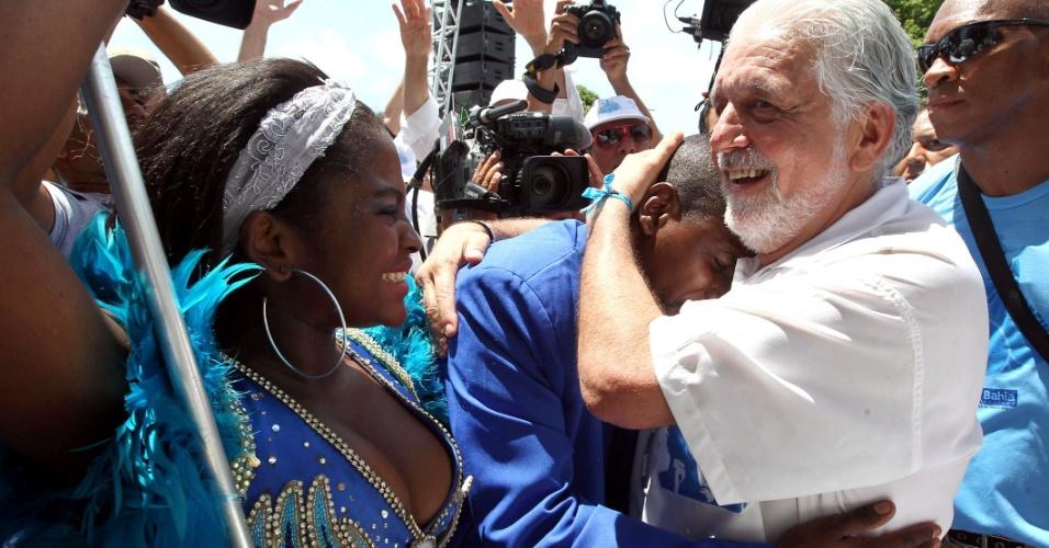 O governador da Bahia, Jaques Wagner, e o casal de mestre-sala e porta-bandeira da Portela, escola de samba carioca, durante a Lavagem do Senhor do Bonfim.