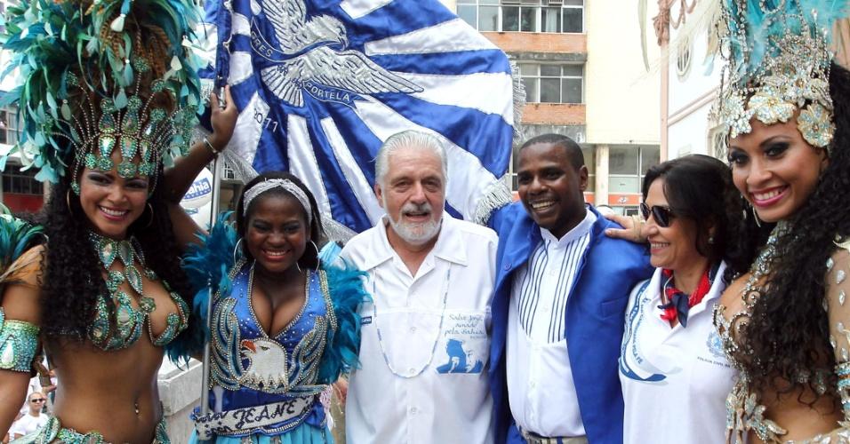 Passistas, mestre-sala e porta-bandeira da escola de samba carioca Portela prestigiam a Lavagem do Bonfim junto ao governador Jaques Wagner, em Salvador, nesta quinta-feira (12).