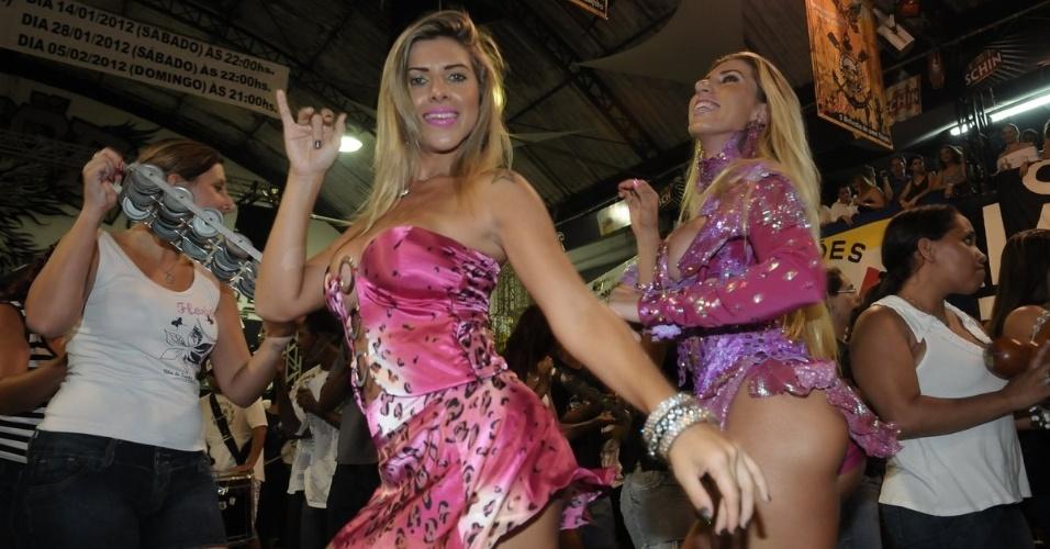As irmãs Ana Paula Minerato (à esq.) e Tati Minerato, respectivamente musa e rainha de bateria da Gaviões da Fiel, participam de ensaio da escola, em São Paulo (13/1/12)