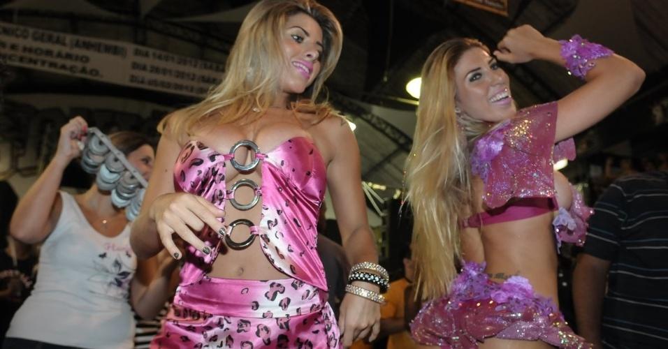 As irmãs Ana Paula Minerato (à esq.) e Tati Minerato, respectivamente musa e rainha de bateria da Gaviões da Fiel,participam de ensaio da escola, em São Paulo (13/1/12)