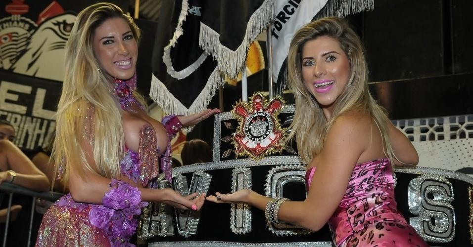 As irmãs Tati Minerato (à esq.) e Ana Paula Minerato, respectivamente rainha de bateria e musa da Gaviões da Fiel, participam de ensaio da escola, em São Paulo (13/1/12)