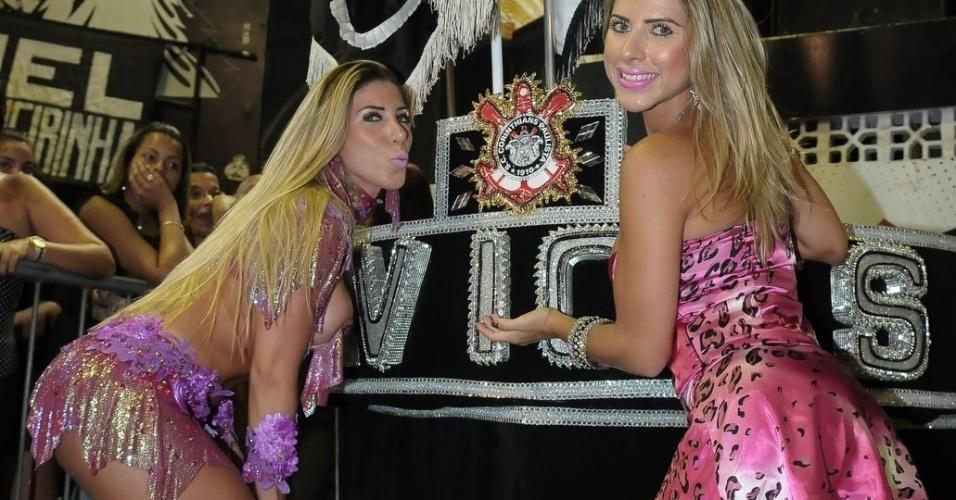 As irmãs Tati Minerato (à esq.) e Ana Paula Minerato, respectivamente rainha de bateria e musa da Gaviões da Fiel,participam de ensaio da escola, em São Paulo (13/1/12)