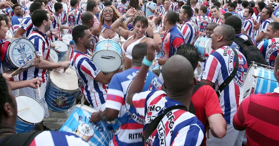 Jaque Khury samba junto com a bateria da escola Pérola Negra