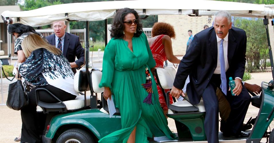 Oprah Winfrey chega a cidade de Henley-on-Klip, na África do Sul (14/1/12)