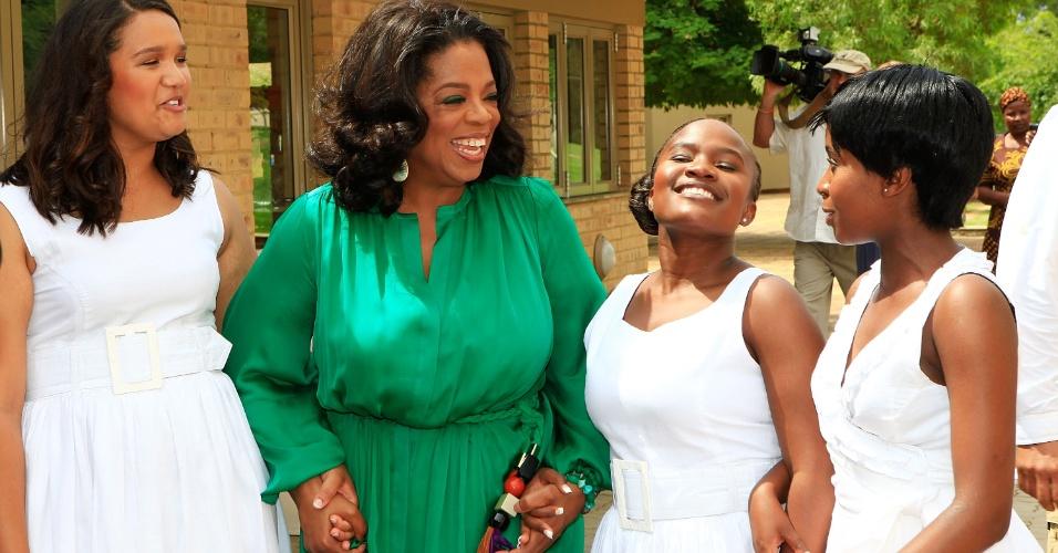Oprah Winfrey conversa com alunas da Oprah Winfrey Leadership Academy durante cerimônia de formatura, em Henley on Klip, África do Sul (14/1/12)