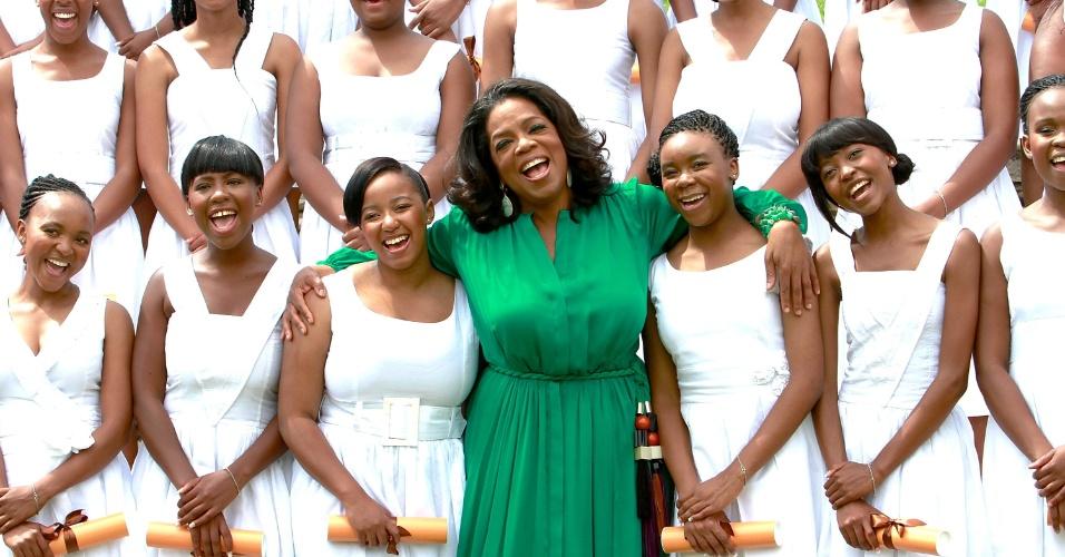 Oprah Winfrey posa para fotos com primeiras jovens formadas em sua fundação, a Oprah Winfrey Leadership Academy, na África do Sul (14/1/12)