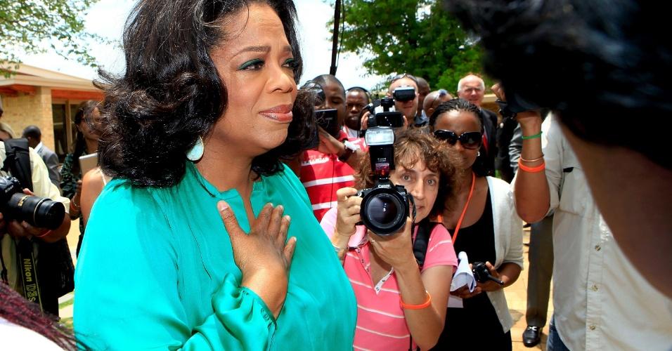 Oprah Winfrey se emociona em sua chegada a formatura da primeira turma de sua fundação em Henley on Klip, África do Sul (14/1/12)