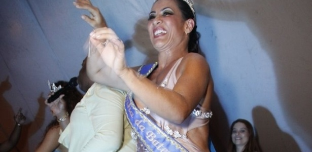 Scheila Carvalho é coroada a rainha de bateria da Paraíso do Tuiuti, em São Cristóvão, no Rio (13/1/12). A escola desfilará na Sapucaí na Terça-Feira de Carnaval, pelo Grupo de Acesso