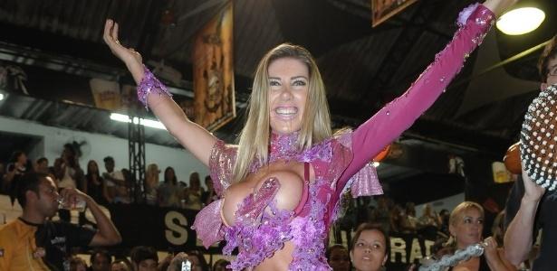 Tati Minerato, rainha de bateria da Gaviões da Fiel, participa de ensaio da escola, em São Paulo (13/1/12)