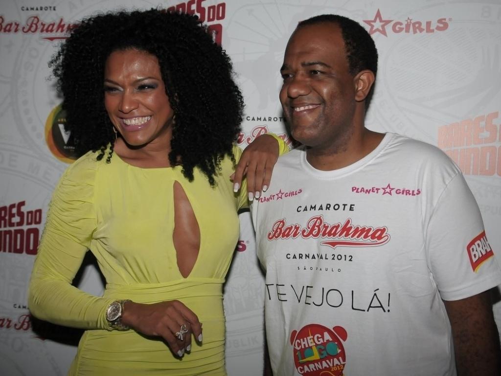 Simone Sampaio e Abel Neto compareceram à estreia do Happy Hour pré-Carnaval do Camarote Bar Brahma, em São Paulo, na quarta-feira (18/01/12).