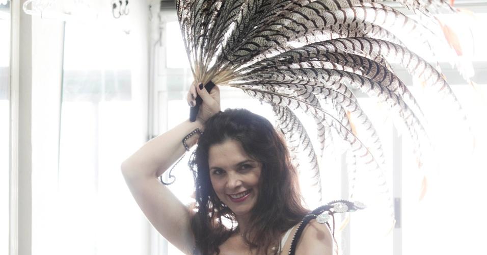 A atriz Luiza Ambiel, que será musa de três escolas de samba em 2012, experimentou fantasias em São Paulo na segunda-feira (16/01/12). Na foto, ela experimenta adereço que vai usar no desfile da Dragões da Real.