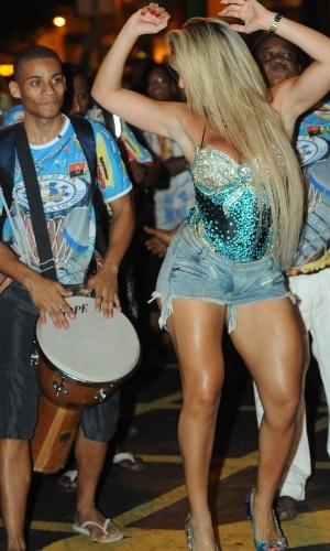 Musa da Unidos de Vila Isabel, Andrea de Andrade participou de ensaio de rua da escola nesta quarta-feira (18/01/12)