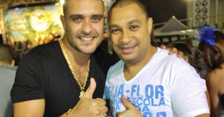 O cantor e compositor Diogo Nogueira esteve na quadra da Beija-Flor de Nilópolis na noite desta quinta-feira (19/01/12) para acompanhar o ensaio da escola. Ele posou para fotos ao lado do presidente Nelsinho David