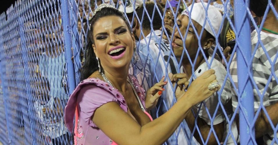 A modelo Solange Gomes faz a alegria dos homens tirando fotos com o público durante ensaio da Porto da Pedra