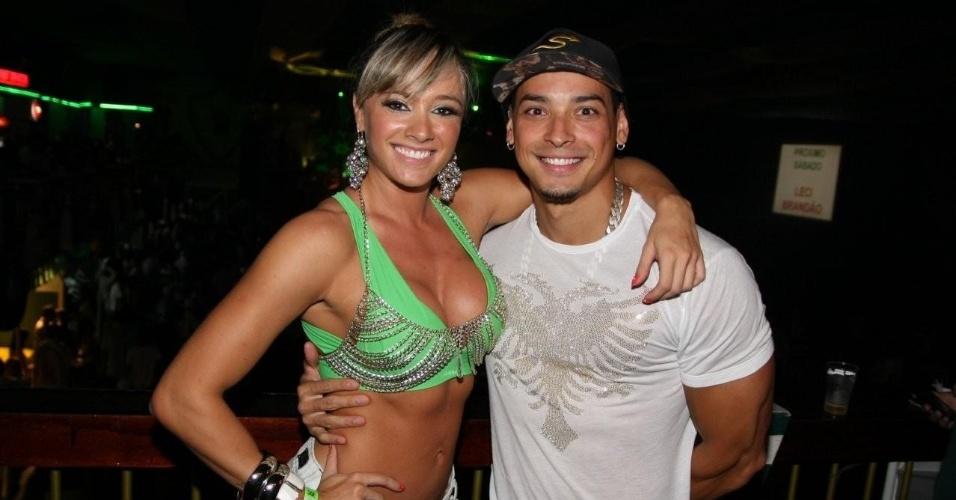 Juju posa para fotos ao lado do namorado, Felipe Franco, na quadra da Mancha Verde (21/1/12)